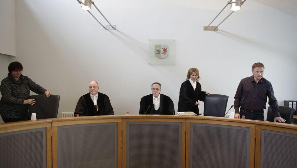 Schwurgerichtskammer unter Vorsitz von Klaus Kabisch (Mitte, Archiv)