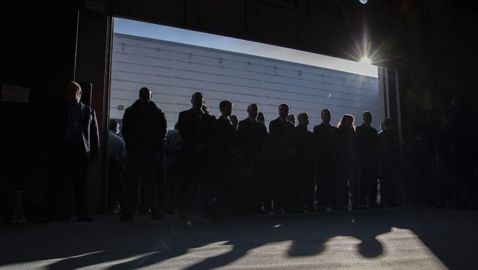 Security vor den Eingängen zum Verhandlungsgebäude in Madrid: Drinnen wird erbittert verhandelt, draußen protestieren Jugendliche von Fridays for Future