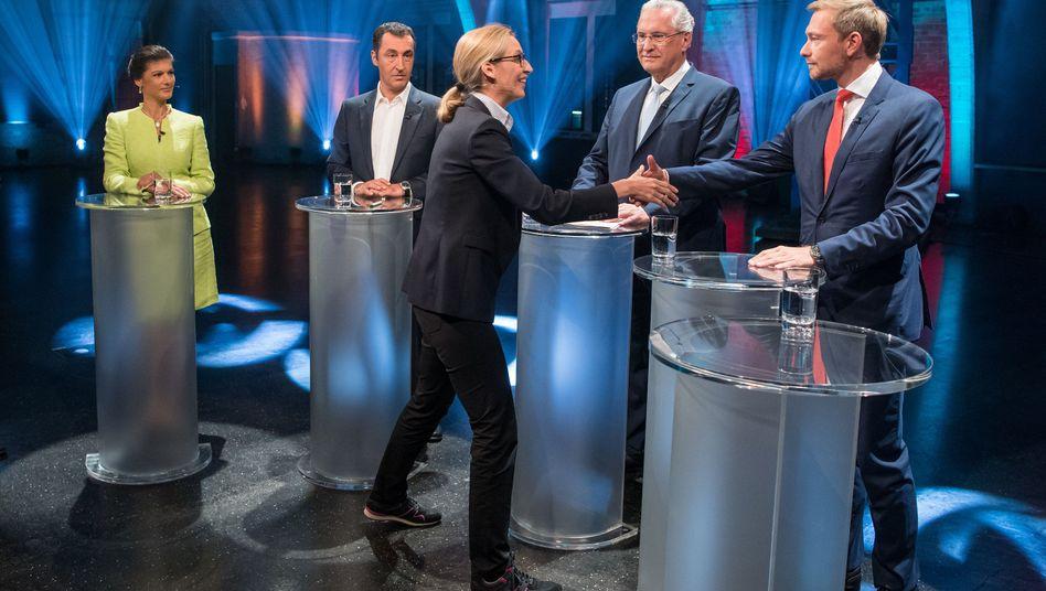 AfD-Spitzenkandidatin Alice Weidel begrüßt Christian Lindner (FDP) - im Hintergrund Sahra Wagenknecht (Die Linke), Cem Özdemir (Grüne) und Joachim Herrmann (CSU)