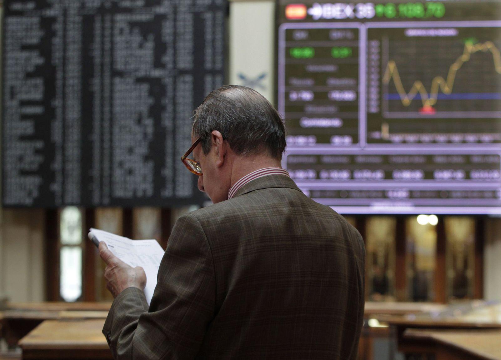 Mann an der Börse in Madrid