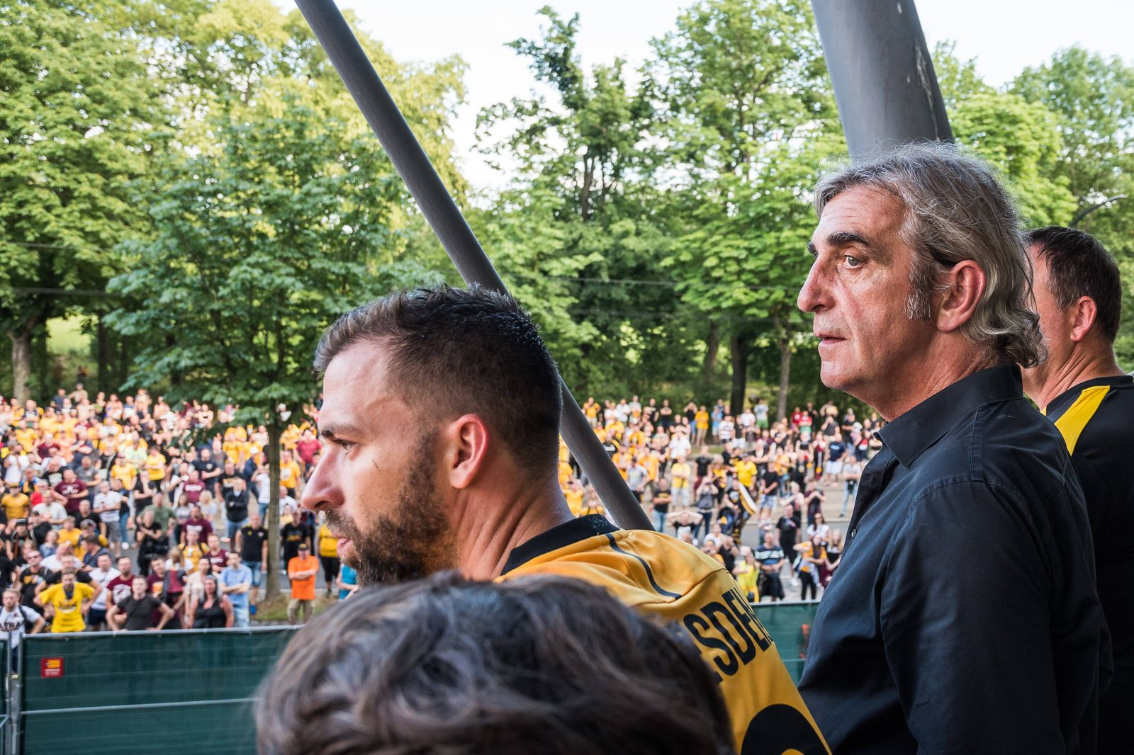 Tausende Dynamofans feiern ihre Mannschaft und den scheidenden Sportdirektor Ralf Minge (rechts) nach dem Ende des Spie