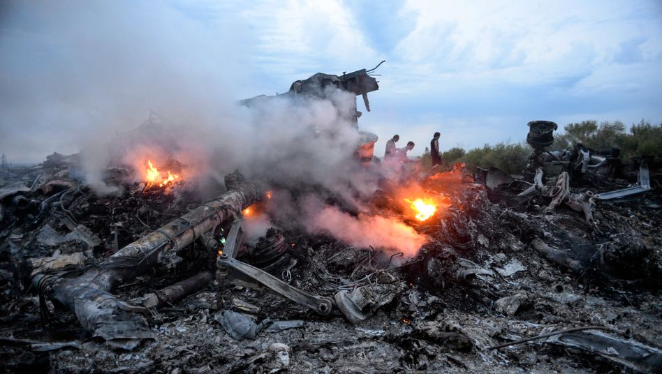 Brennende Trümmer in der Ostukraine: Das Passagierflugzeug mit der Flugnummer MH17 war mit 283 Passagieren und 15 Crewmitgliedern an Bord abgeschossen worden