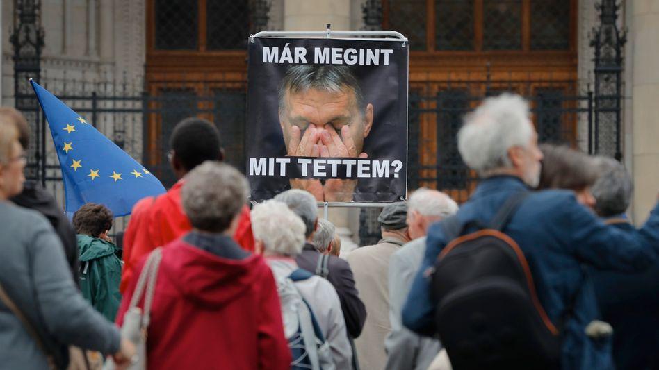»Was habe ich getan?«, steht auf einem Plakat bei Protesten gegen Orbáns Politik in Budapest im Oktober 2016