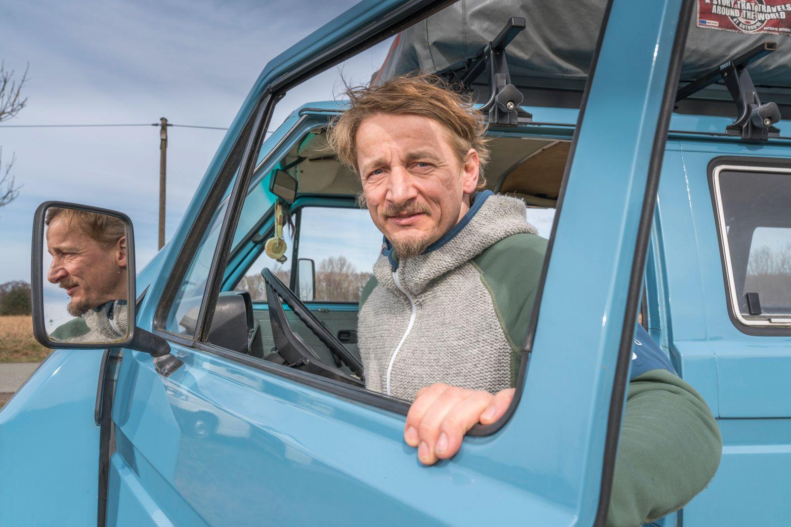 Der Autor und Fotograf Oliver Lück, reist mit seinem Bus und fotografiert Reportagen für Bücher und Magazine.