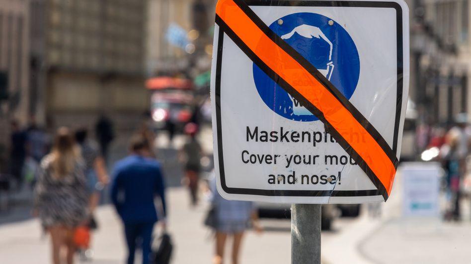 Abgeklebtes Schild in München: Eine generelle Maskenpflicht in der Altstadt wurde dort aufgehoben