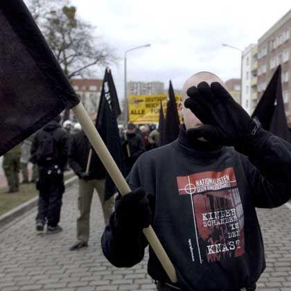 Neonazi-Aufmarsch in Dessau (im März 2005): Bremste der Polizei-Vizechef seine Staatsschützer?
