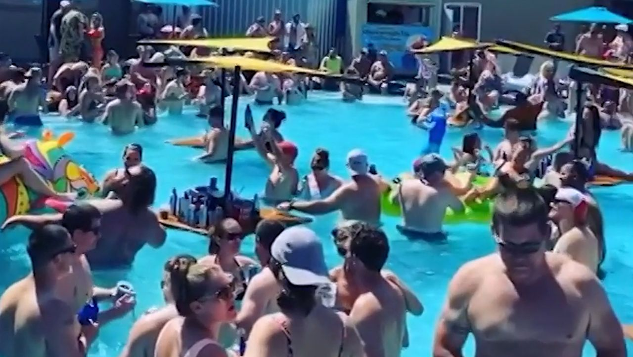 Corona-Trotz in den USA: Poolparty in der Pandemie