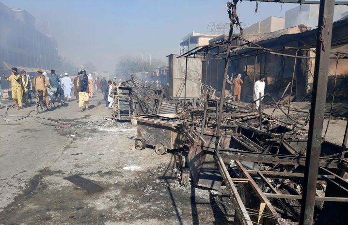Nach Kämpfen zwischen Taliban und afghanischen Sicherheitskräften sind mehrere Läden in Kunduz zerstört