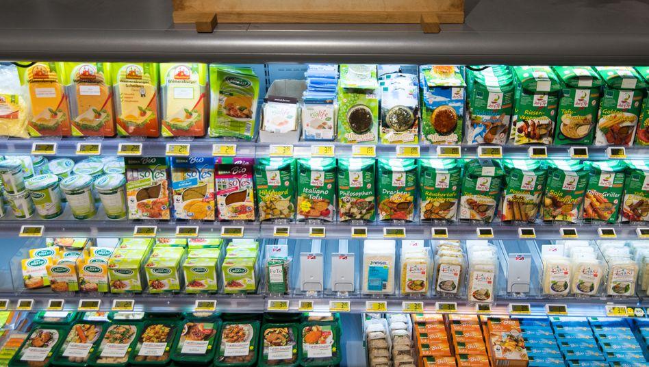 Ein Supermarktregal mit vegetarischen Produkten