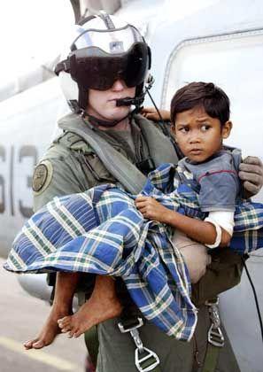 US-Soldat mit einem verletzten Kind: Letzte Rettung für die Opfer