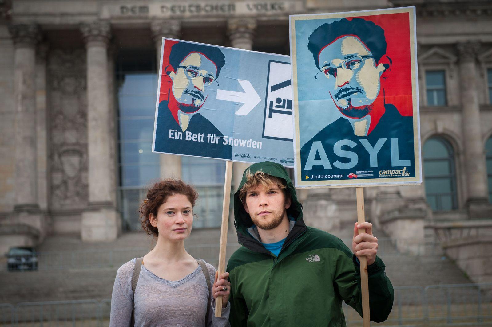 EINMALIGE VERWENDUNG Proteste NSA / Bett für Snowden/ Berlin