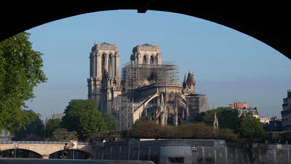 Blick auf die beschädigte Kathedrale Notre-Dame