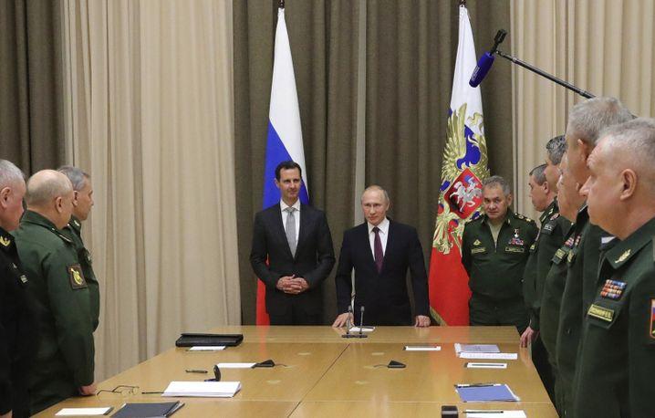 Baschar al-Assad, Wladimir Putin und russische Generäle in Sotschi