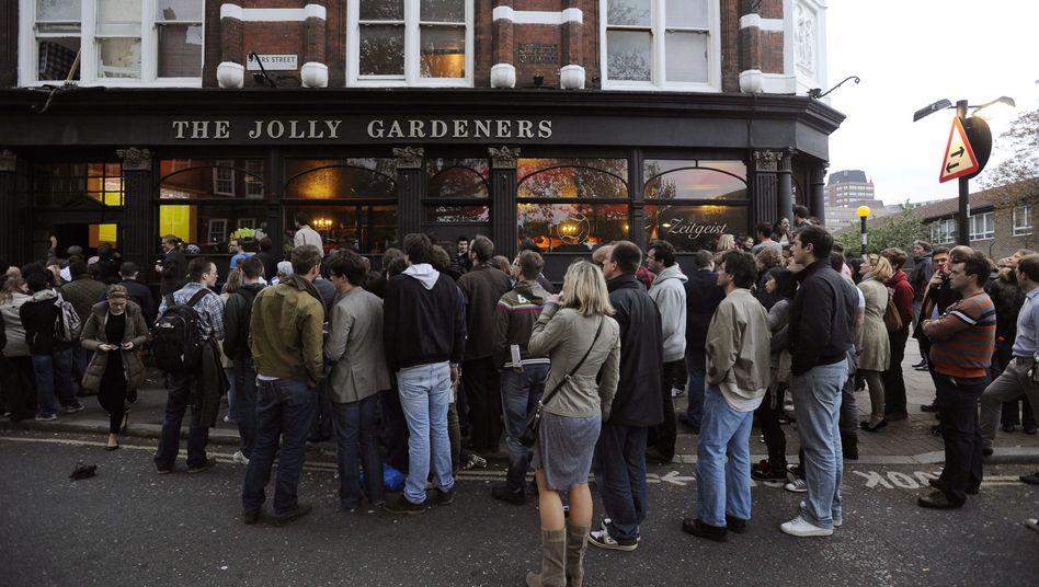 Fußballfans vor einem Pub in London (Archivbild): 100.000 Beschäftigte in britischen Pubs