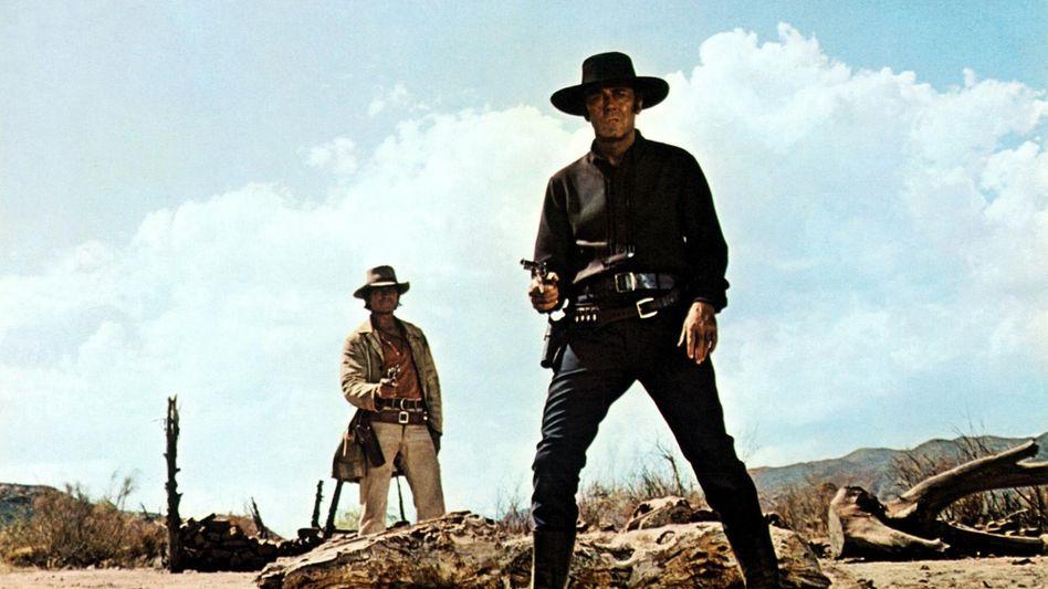"""Charles Bronson und Henry Fonda in """"Spiel mir das Lied vom Tod"""" - der Film, dessen Musik Ennio Morricone zur Legende machte"""