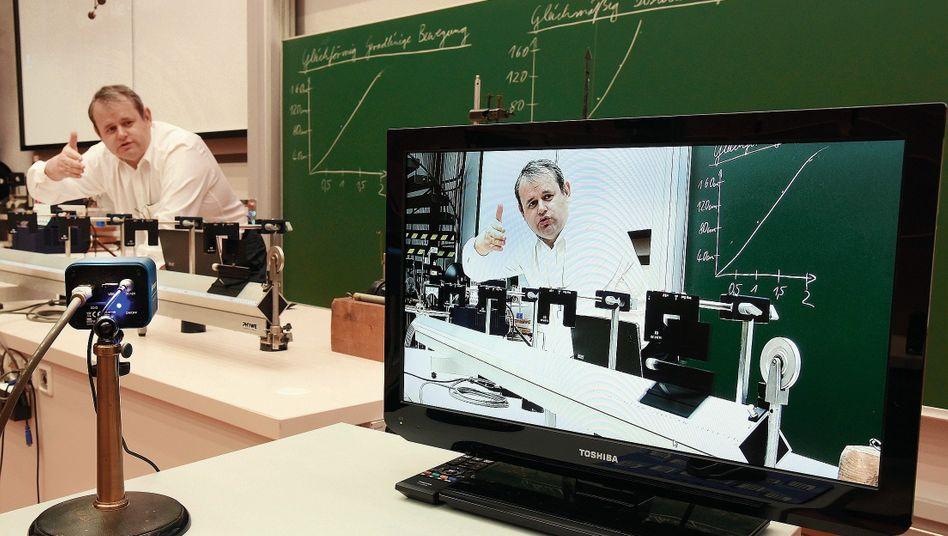 Physikprofessor bei Onlineveranstaltung an Martin-Luther-Universität in Halle