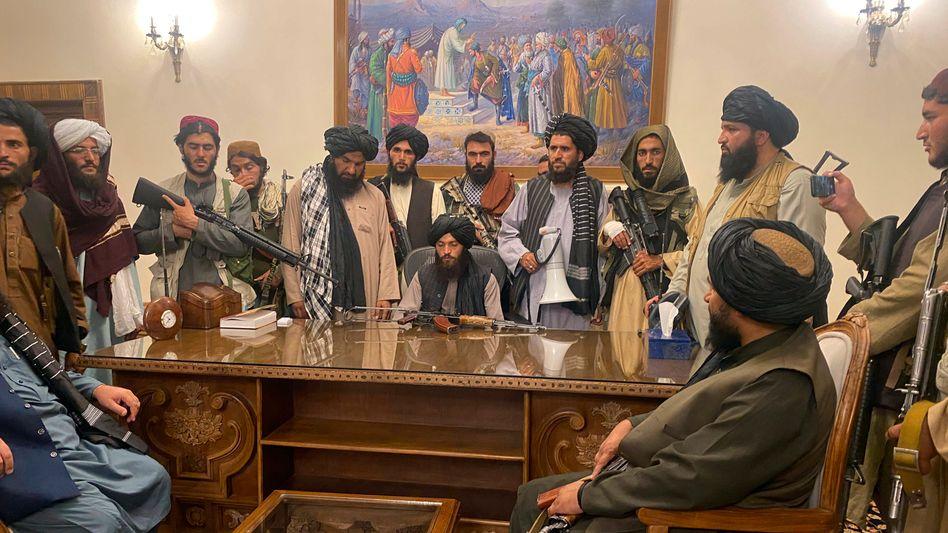 Kabul am 15. August 2021: Der afghanische Präsident Ghani ist geflüchtet, Talibankämpfer nehmen in seinem Palast Platz