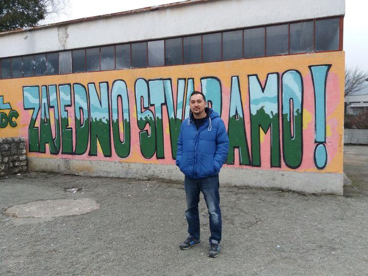 Deutschlehrer Tarik Zjajo vor der Berufsschule in Jajce