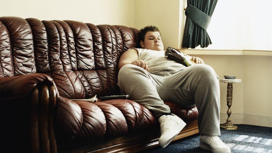 Junge auf der Couch: Selbst wenig körperliche Bewegung kann das Leben verlängern
