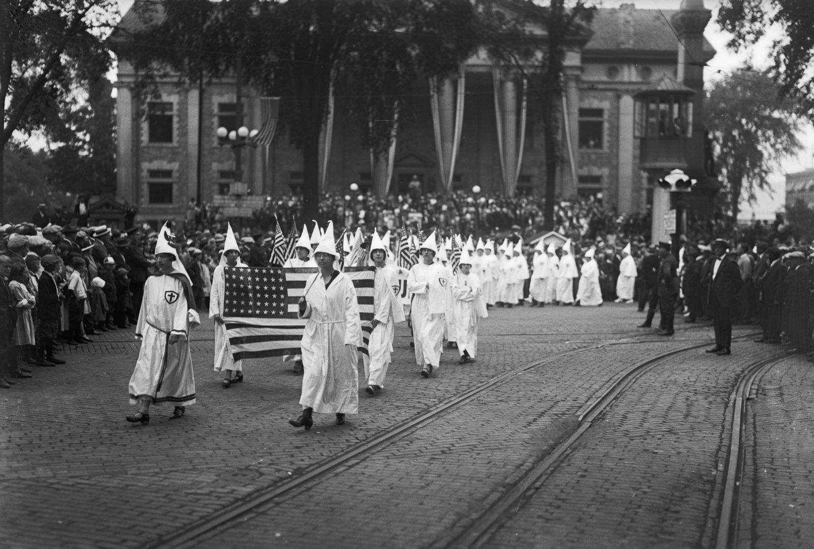 KKK und die Frauen - Female Ku Klux Klan Members Marching
