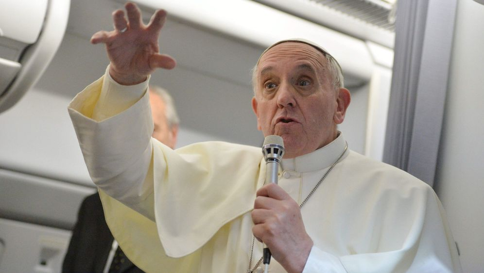 Papst in Plauderlaune: Rundumschlag über den Wolken