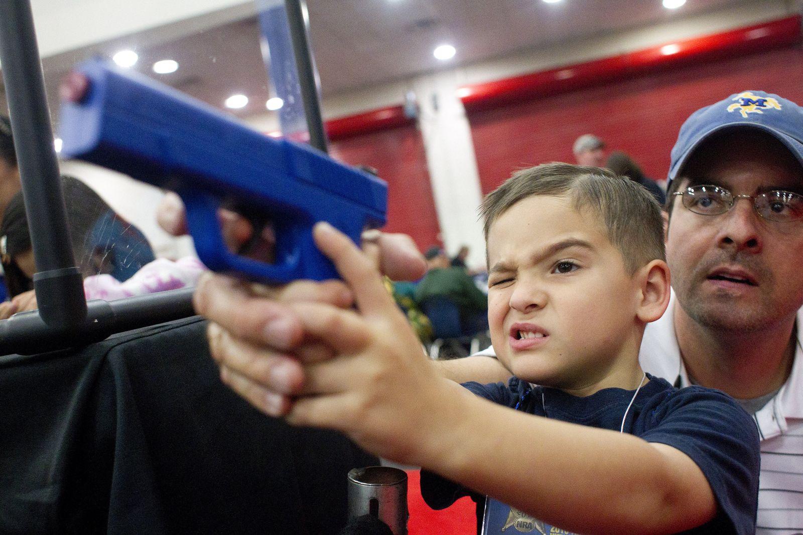 NRA Convention: Vater und Kind mit Waffe