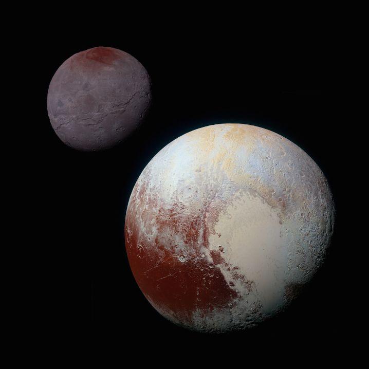 Zwergplanet Pluto (unten rechts) und sein Mond Charon in unerreichter Schärfe
