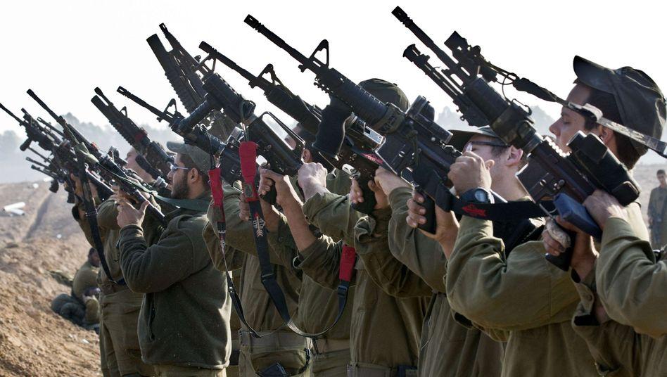 Israelische Soldaten beim Waffencheck: Wer hat dieses Mal angefangen?