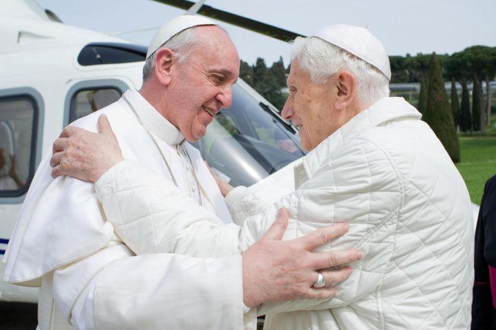 Franziskus und der emeritierte Papst Benedikt XVI. in Castel Gandolfo