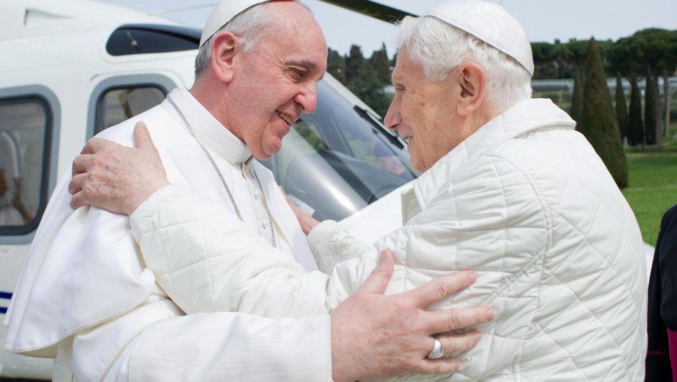 Papst Franziskus (l.) und Papst Benedikt (r.)