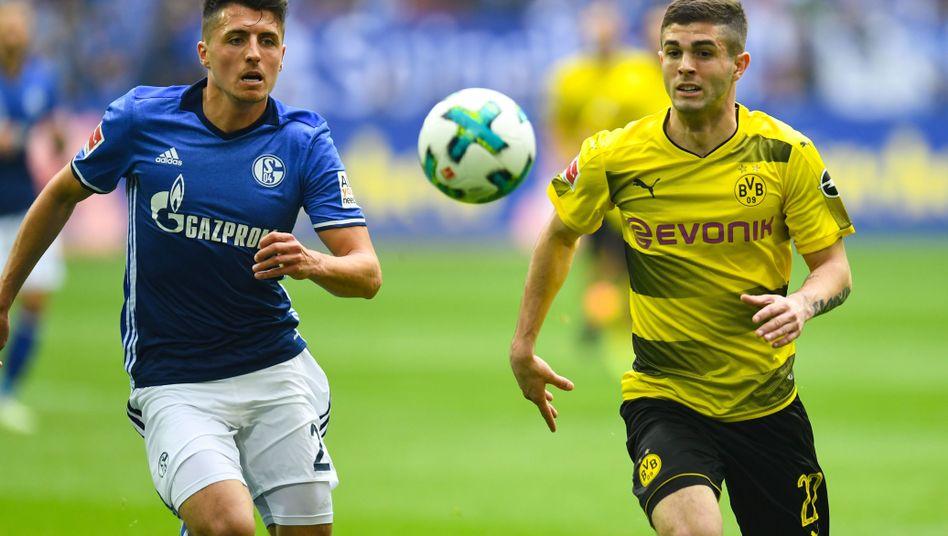 Schalkes Schöpf (links) vs. Pulisic vom BVB