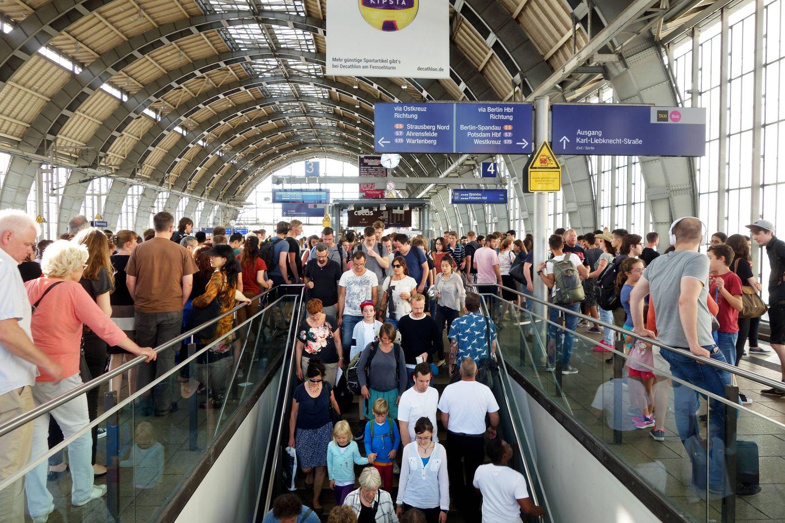 EINMALIGE VERWENDUNG Menschen im Bahnhof Friedrichstraße/ Berlin