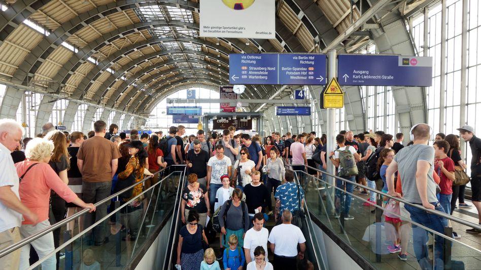 Bahnsteig in Berlin, auf dem viele Menschen (oder deren Vater oder deren Mutter) bei Geburt nicht deutsche Staatsbürger waren