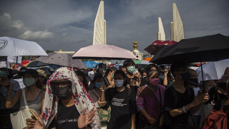 Protestierende am Demokratiedenkmal im Zentrum von Bangkok