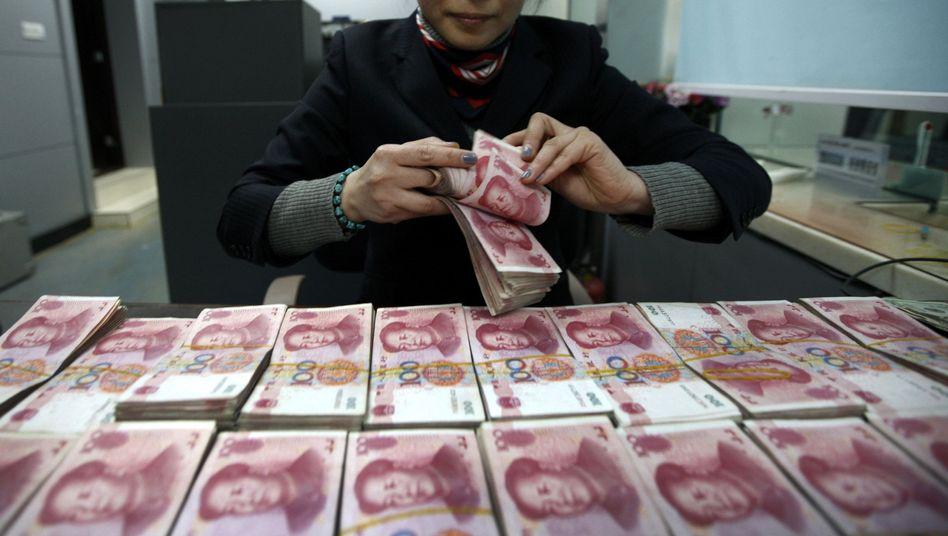 Angestellte in Bankfiliale im chinesischen Huaibei: Viermal so viele Schulden wie 2007 - mehr als 28 Billionen Dollar