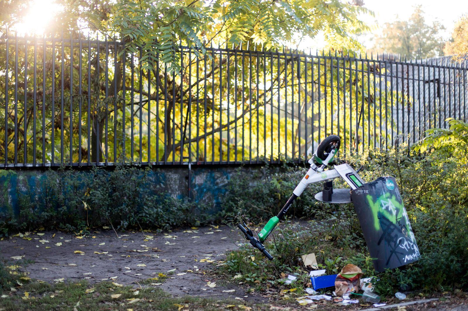 Entsorgter E-Scooter des Anbieters Lime in einem M¸lleimer am Zoologischen Garten. Berlin, 28.10.2019 *** Disposed E Sco