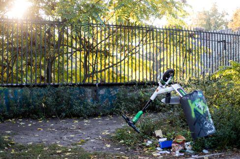 Für die Tonne: wild geparkter E-Scooter in Berlin