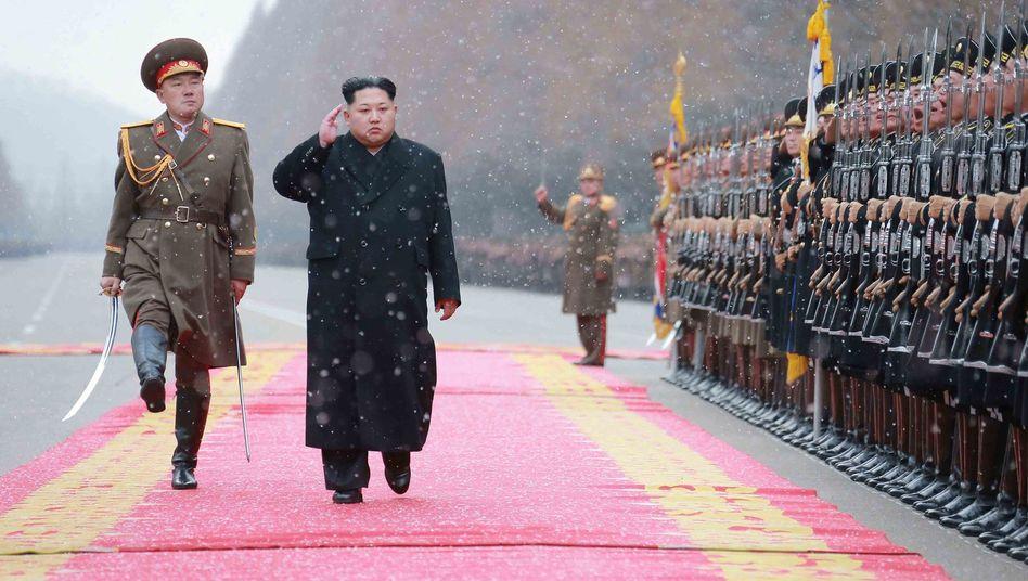 Nordkoreas Machthaber Kim Jong Un bei einer Militärinspektion: Kommt der US-Entwurf durch, würde jede Lieferung kontrolliert
