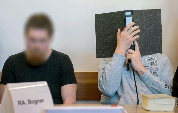 Die Angeklagten Mario S. (links) und Andreas V. im Gerichtssaal.