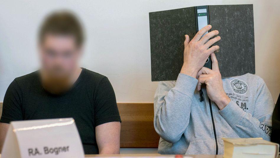 Die Angeklagten Mario S. (l.) and Andreas V. vor dem Landgericht Detmold