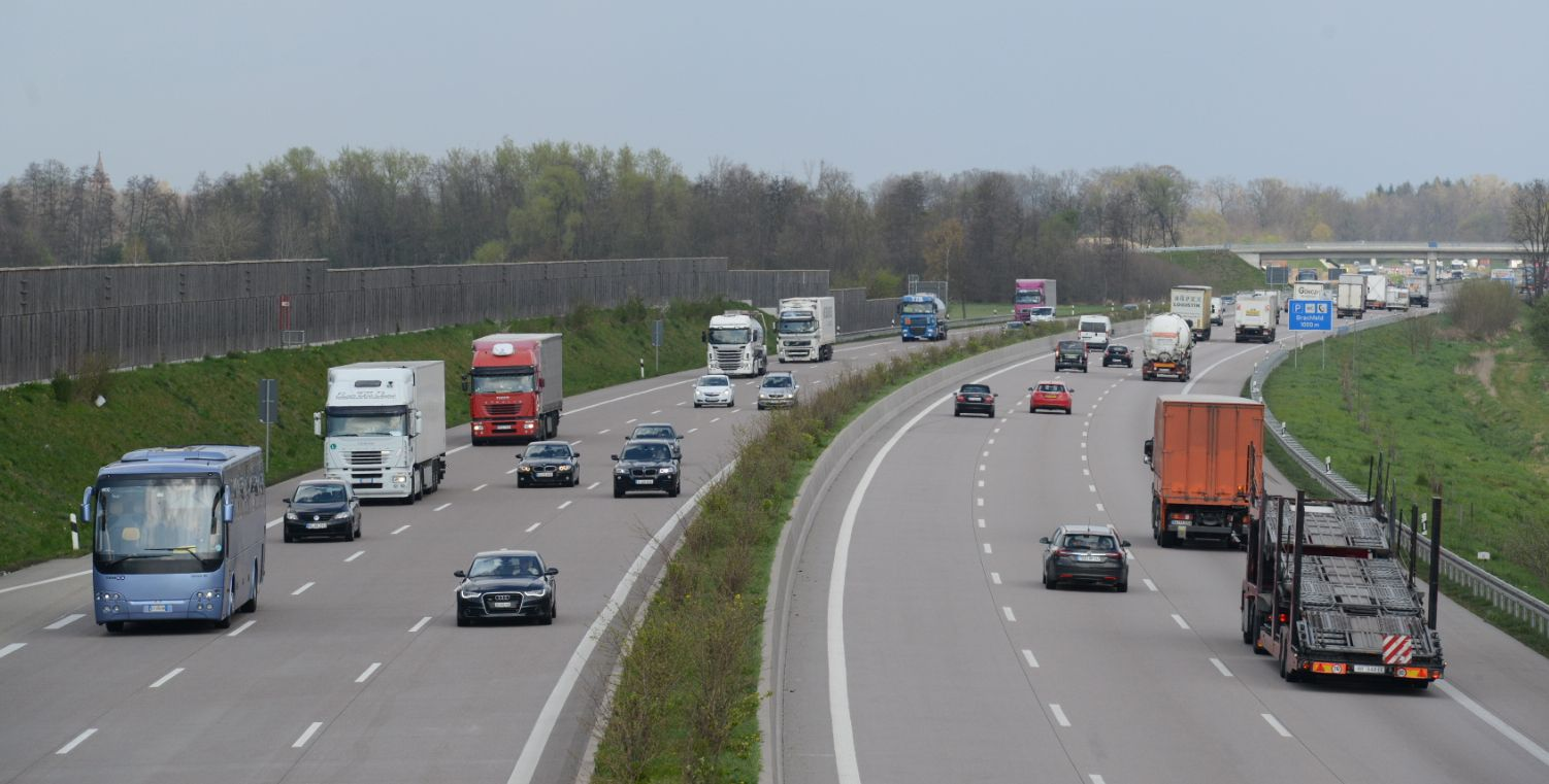Lebhafter Verkehr Autobahnausbau A5