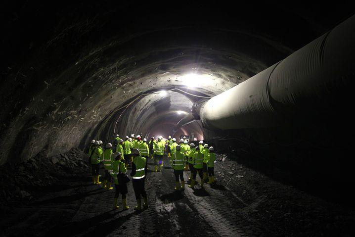 Besucher im Zugangsstollen zum Tunnel bei Steinach in Österreich