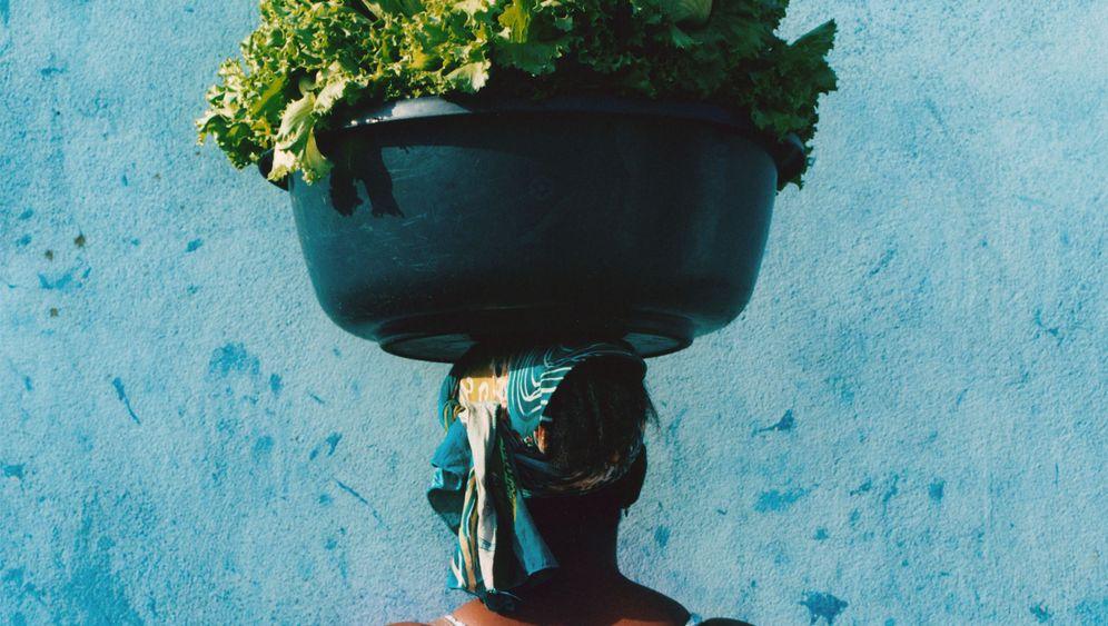 Melonen, Stoff und Salatköpfe: Das tragen Abidjans starke Frauen auf dem Kopf