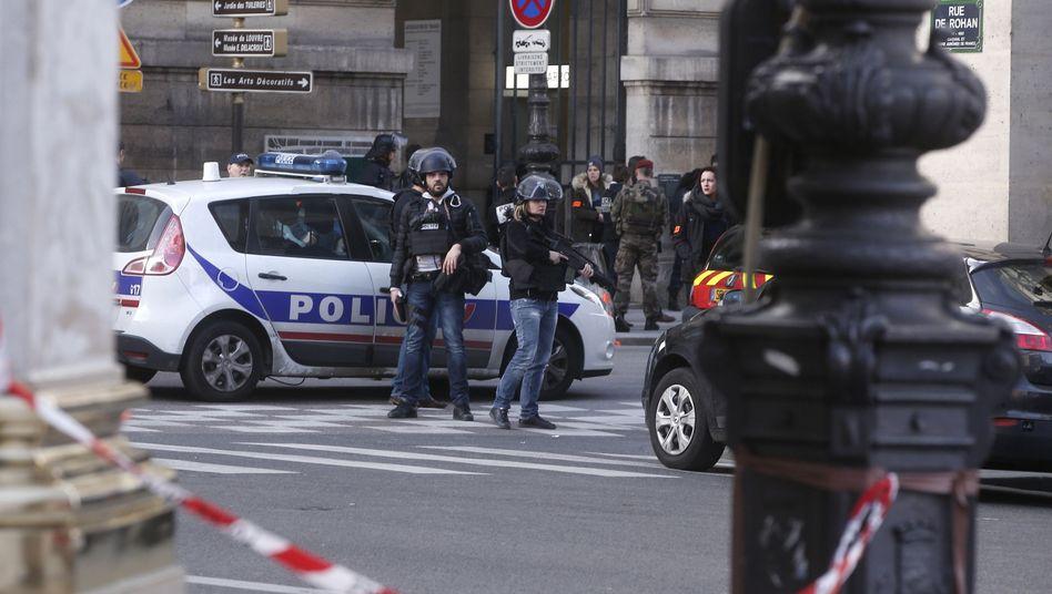 Polizei vor Louvre in Paris