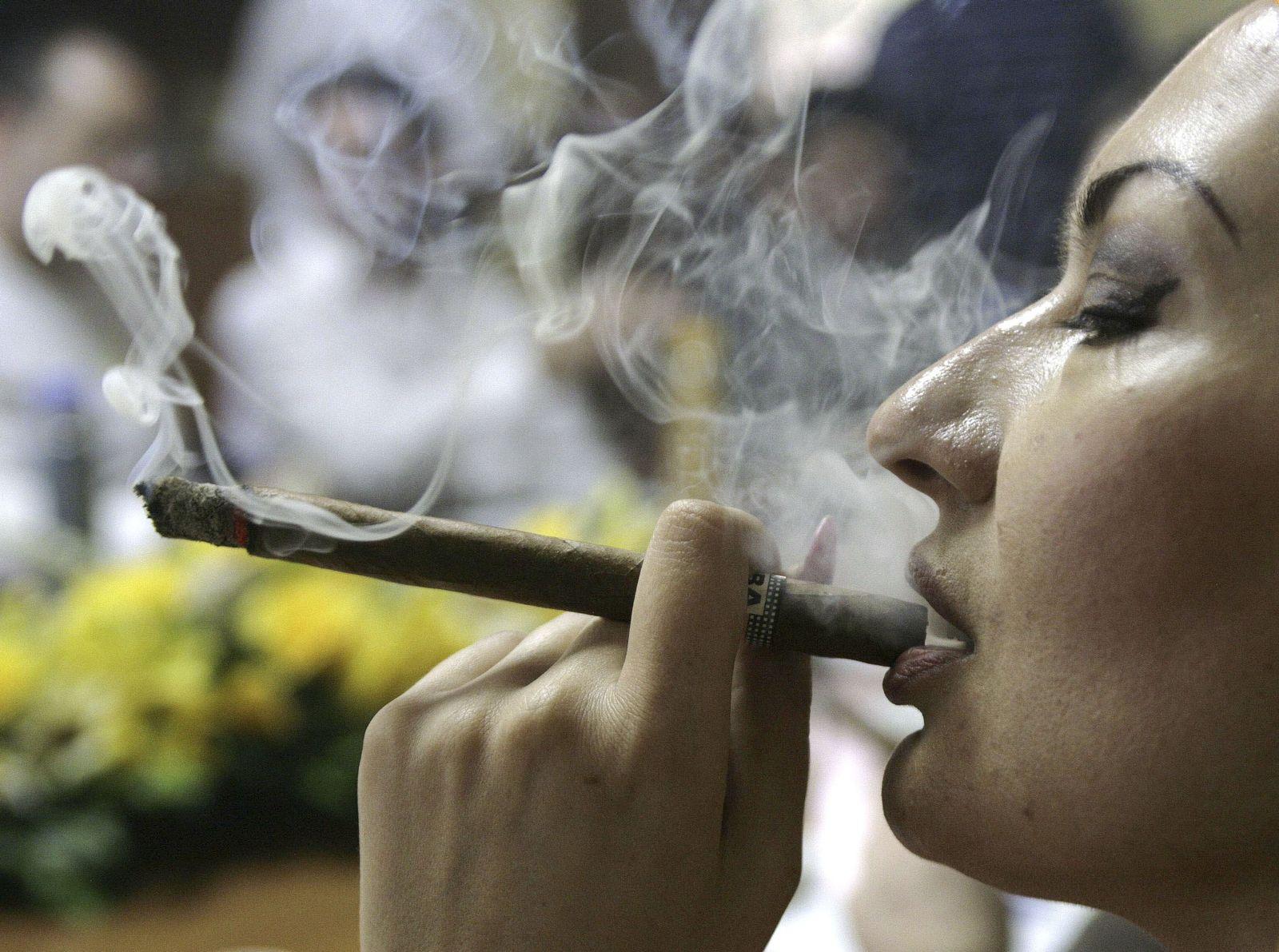 Sucht / Frauen / rauchen / Zigarre