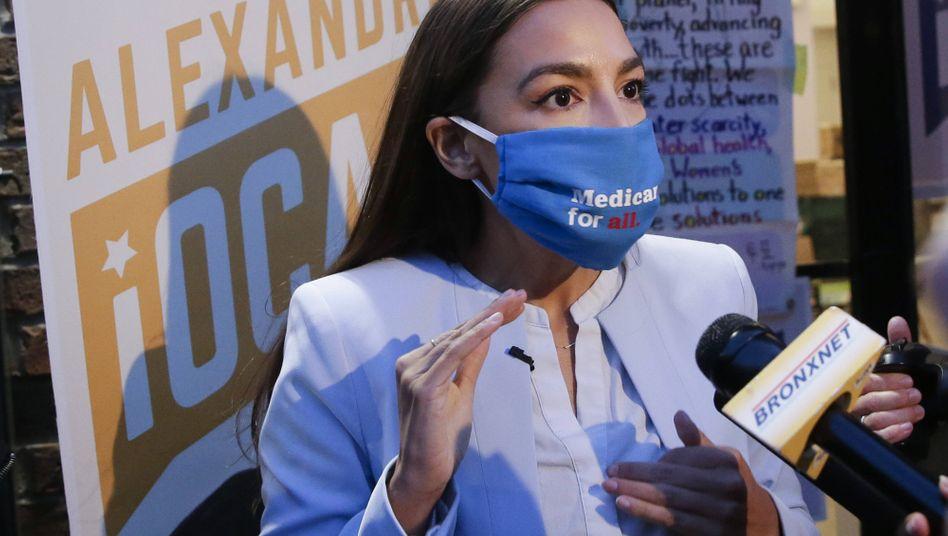 """Alexandria Ocasio-Cortez mit """"Krankenversicherung für alle""""-Maske: """"Und jetzt geben sie uns die Schuld dafür"""""""