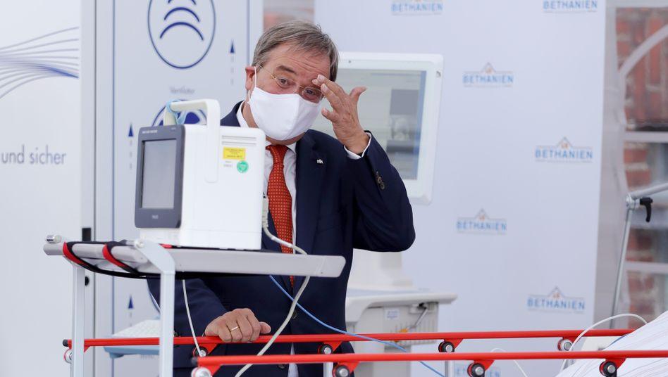 Armin Laschet in einem Corona-Testzelt in Moers (Ende August)
