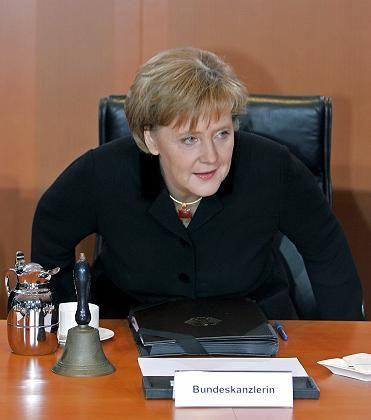 Merkel (gestern Abend vor der ersten Kabinettssitzung): Zur Zufriedenheit gehört, dass wieder mehr Menschen Arbeit haben