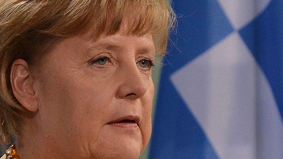 Bundeskanzlerin Merkel vor griechischer Flagge: Keine Versprechungen