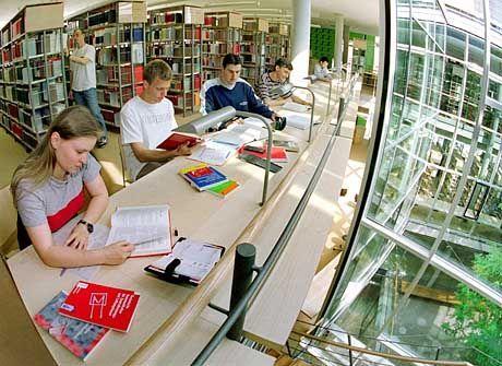 Fast wäre der Bibliothekar glücklich, nur die Studenten stören